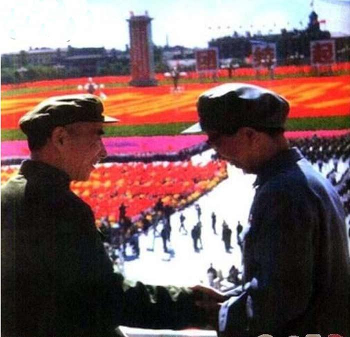 林彪与江青在天安门城楼上握手(1966年10月1日国庆十七周年庆典游行大会)