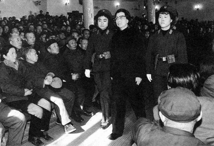 1980年11月20日,最高人民法院特别法庭开庭,审判林彪、江青反革命集团案主犯。此前,最高人民检察院特别检察厅的起诉书全文公布。最高人民检察院特别检察厅的起诉书,以如山铁证,控诉了林彪、江青一伙的一桩桩、一件件罪行说明,林彪、江青一伙根本不是什么政见不同,犯路线错误,而是犯下了残害成千上万人民的血淋淋罪行的反革命刑事犯。