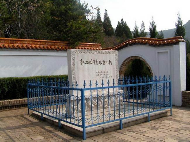 1978年6月12日,郭沫若在北京逝世;根据其遗嘱,郭沫若的骨灰洒在山西昔阳县大寨人民公社的梯田中。图为大寨郭沫若纪念碑。