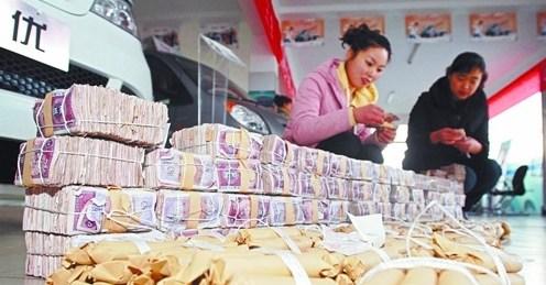 乌鲁木齐市民用400捆五毛纸币买车