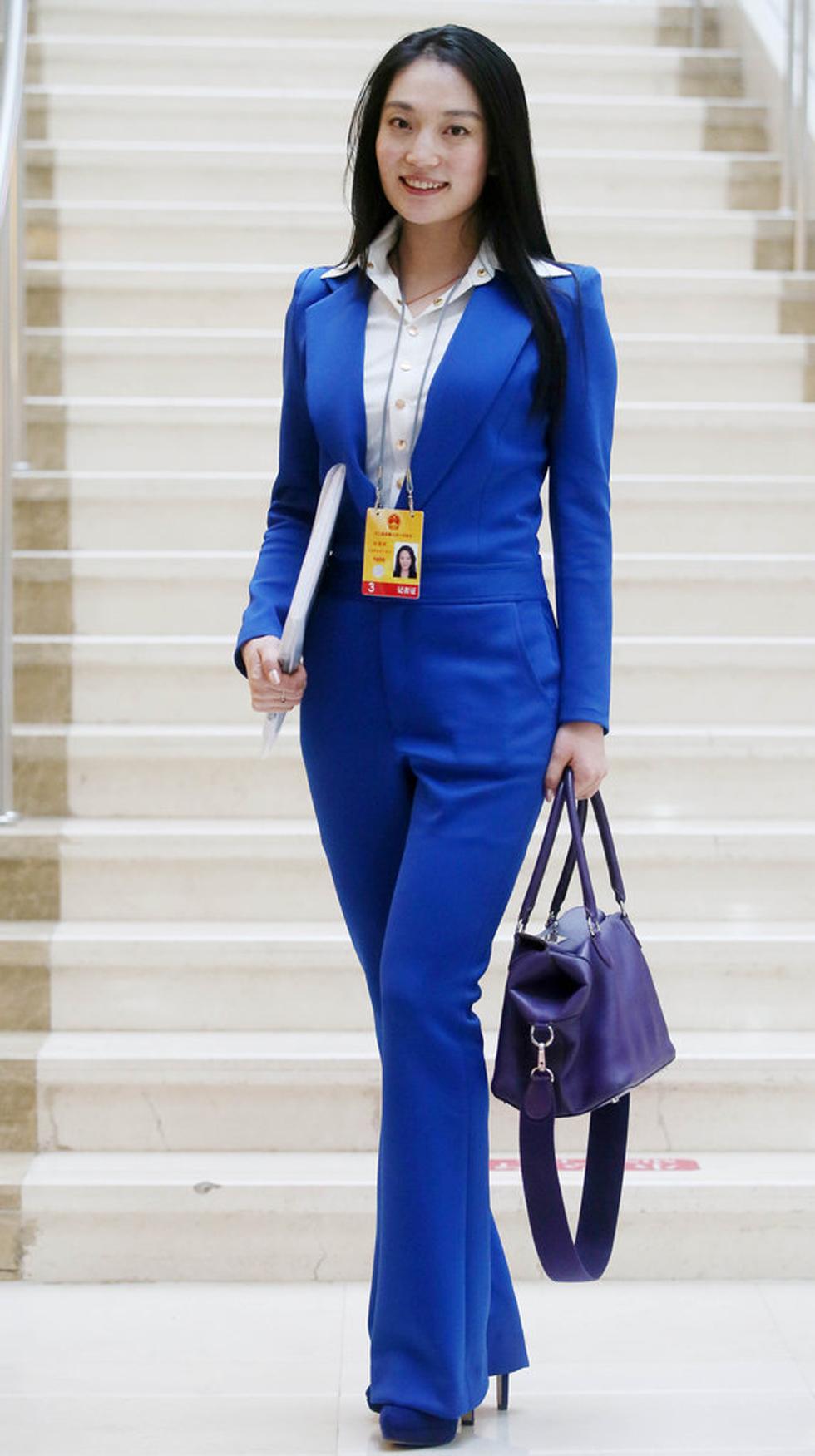 这名女记者则是身穿蓝衣出现