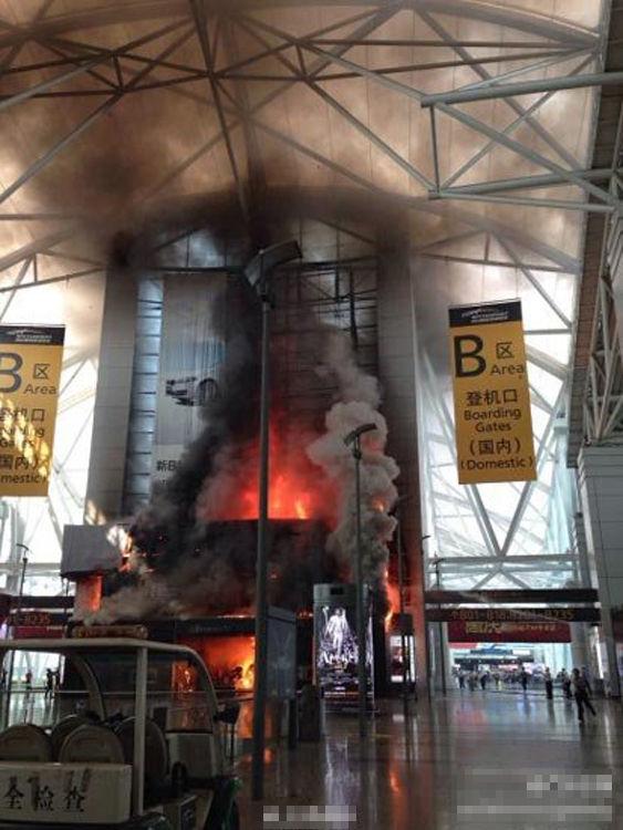 10月27日,广州白云机场一卖场起火,候机大楼浓烟滚滚。起火地点为B区出发大厅,B区安检口封锁,火灾未造成人员伤亡。身处广州白云机场的网友称,大火在燃烧10分钟后被扑灭。