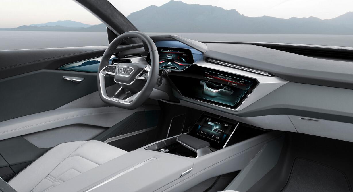 内饰设计融入互联科技 奥迪e-tron quattro概念车的内饰设计造就了宽敞舒适的车内空间,可容纳四名乘客和615升的行李。车内给人明亮开阔的感觉,其空间结构更与操作及显示装置完美融合。车内所有显示系统均采用OLED技术,这种超薄材料可以切割成任何想要的形状。 新款奥迪虚拟驾驶舱以2014年随量产车型首发的奥迪虚拟驾驶舱为基础,并进行了进一步开发,同时采用了大量OLED技术。全数字化仪表组下方左右两侧各有一块触控显示屏,这款显示屏采用黑色玻璃搭配精致的铝质边框,驾驶员可以用左边的显示屏控制灯光和自动