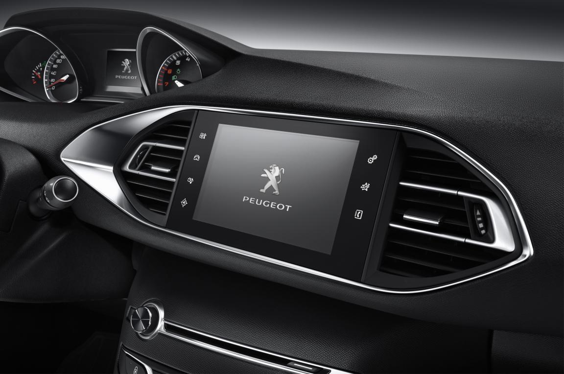 此外,308S配备灵动多功能方向盘,真皮包裹,抓握更贴心,操控也更精准,同时充分考虑国内驾驶员的操作习惯,还搭配音量调节和蓝牙功能,使操作更便利。智能炫彩高位组合仪表更是设计精巧,当车辆启动时,仪表盘两端的指针迅速向内转动,点燃炫彩空间,同时衬以黑色表盘外延镀铬装饰,流光溢彩,尽享激情。更小尺寸的方向盘,高位的组合仪表带给驾驶者的不仅是更为精准的驾驶感受,还能够有效避免遮挡驾驶者观察仪表盘,为驾驶安全提供了足够的保障。 【独特产品优势 让景致再多一些】 作为308S最具特色的产品优势,1.