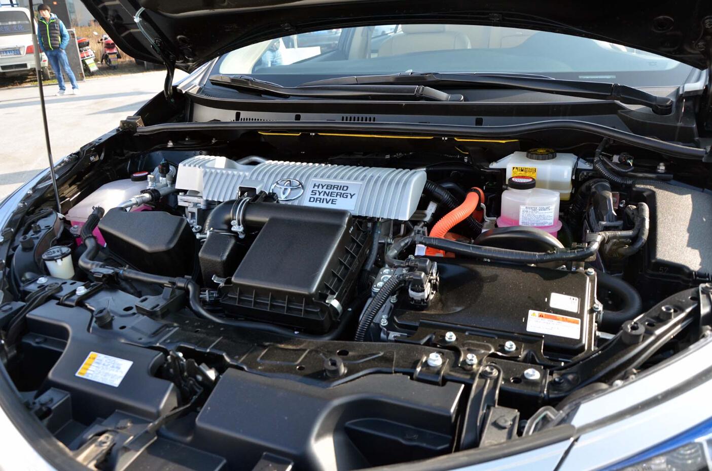 什么是积炭? 积炭是发动机在工作过程中,燃油中不饱和烯烃和胶质在高温状态下产生的一种焦着状的物质。 积炭是如何形成的? 汽油中的杂质和胶质以及发动机运转时的高温才是导致积炭产生的直接原因。 发动机运转时,汽油和空气的混合气在发动机燃烧室内被点燃,在高温环境下,汽油中无法完全燃烧的碳氢化合物、石蜡、胶质被烧成胶炭物,附着在气门、喷油嘴、燃烧室等部位,便会形成积炭。 如果加注品质较差的汽油或是在拥堵的城市路况下,车辆始终处于走走停停的状态,会加剧积炭的生成。