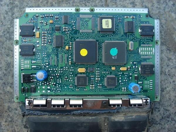 ECU其实非常不容易坏,如果坏了也保证是大条的问题:引擎绝对发不动、换新绝对花大钱!除非泡水,供油电脑里的一堆IC板、晶体、电容......绝不会一起故障,顶多烧个电容而已。所以就因为一颗电容要花上两三万买新ECU太不值得,坊间还是有专修ECU的电子专门店,怎么修也都比换一颗新ECU便宜! 3冷气不冷 冷气不冷,当把爱车送到修车厂检查后,确定不是冷气管路破漏,冷媒量也没有减少,然而打开冷气开关就是不见压缩机作动,这时问题点就集中在冷气压缩机!