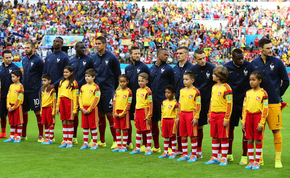 北京时间6月16日凌晨3时(巴西当地时间6月15日下午16时),2014年巴西世界杯E组首轮,法国在阿莱格里港的贝拉里奥球场迎战洪都拉斯。但是这场比赛又让巴西世界杯的组织方丑态百出:赛前球场出现一些问题,球场音响设备故障,赛前奏国歌仪式取消,两队球员直接握手,随后比赛直接开始。