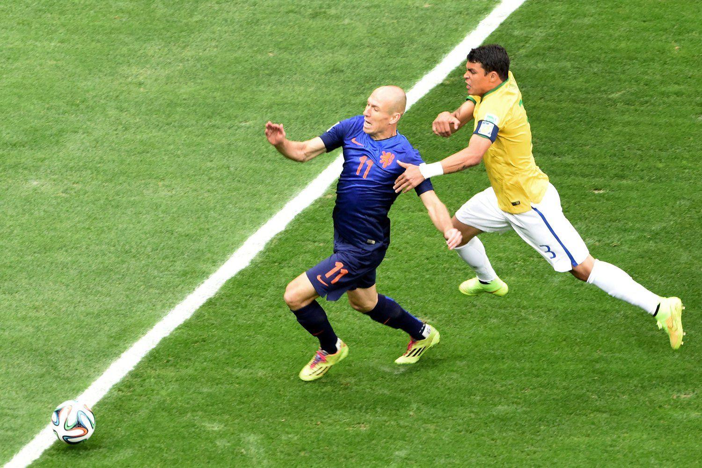 2014年7月13日,巴西巴西利亚国家体育场,2014巴西世界杯三四名决赛,巴西0-3荷兰。罗本争议点球多瞬间回放,疑似禁区外犯规禁区内摔倒。