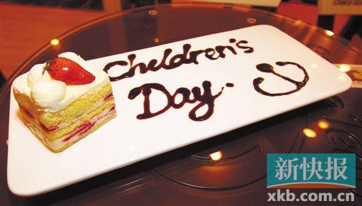 """草莓洛克蛋糕,这里的蛋糕都是当天新鲜制作,甜度适中。 店里的桌子都被做成或圆或方的夹心饼干样儿,椅子则像是被俏皮地咬了一口的巧克力,沙发是竖起两只耳朵卖萌的小熊剪影,就连固定玻璃和桌面间的防滑胶,也是印着巧克力熊头像的小圆饼。 置身这样的空间,抬头看,是星星和心形的镂空天花;窗,是梦幻一般的白色栅栏,仿着凉亭设计,挂着透明的幕布,门外那片用绿色地毯铺出来的""""草地"""",让人忍不住跑出去撒个欢,再来这""""糖果屋""""里叹一段甜美时光。"""