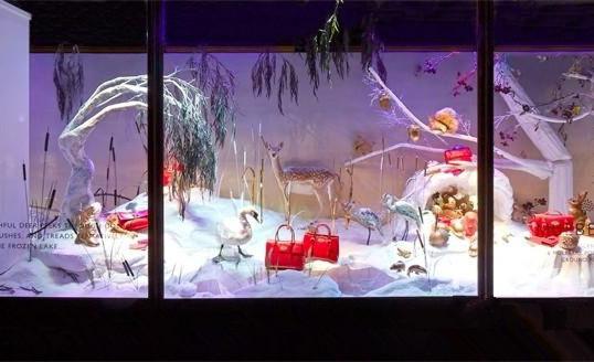 橱窗里陈列着Mulberry经典款手袋 此前,世界顶级奢侈品牌Prada 2013圣诞橱窗设计曝光。该设计采用了欧洲16世纪到18世纪的艺术风格,大气低调的设计理念,加上樱桃木材质的配合,不光可以展示Prada圣诞新品,也展现了其高超的设计。