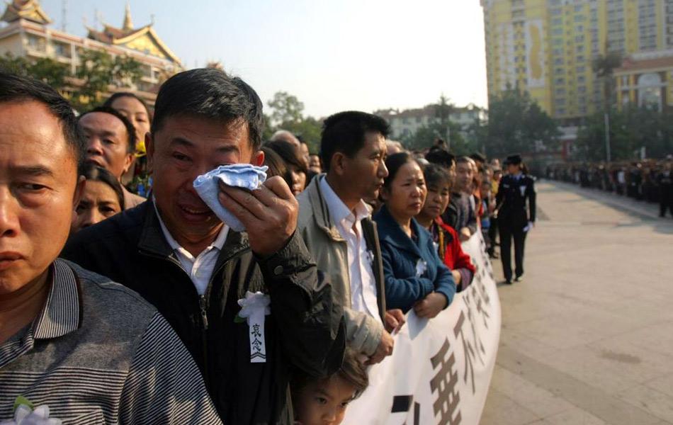 云南数万人送别缉毒牺牲警察柯占军