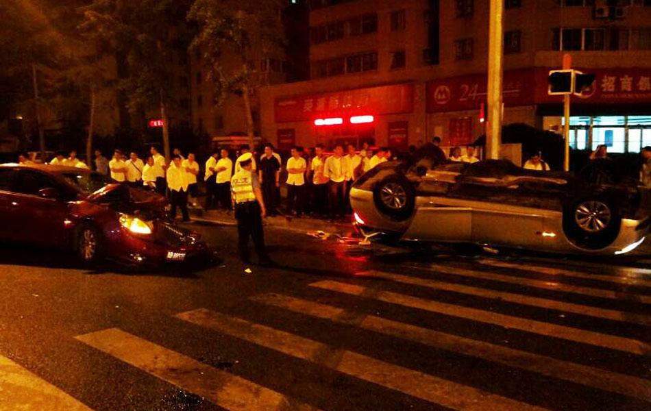 青岛/宝马730Li被撞得四脚朝天,男司机丢下车上5名女乘客弃车逃逸。