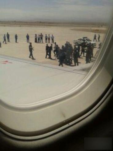 天山网讯  据新疆维吾尔自治区公安厅提供的消息:6月29日,由新疆和田飞往乌鲁木齐的GS7554航班于12:25分起飞,12:35分飞机上有6名歹徒暴力劫持飞机,被机组人员和乘客制服,飞机随即返航和田机场并安全着陆,6名歹徒被公安机关抓获。在制服歹徒过程中,有机组人员和乘客受轻伤,案件在进一步调查中。