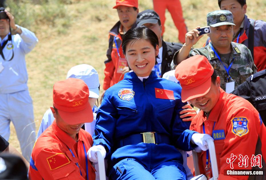 神九安全着陆 航天员转场至直升机 - 月  月 - 阳光月月(看新闻 寓娱乐)