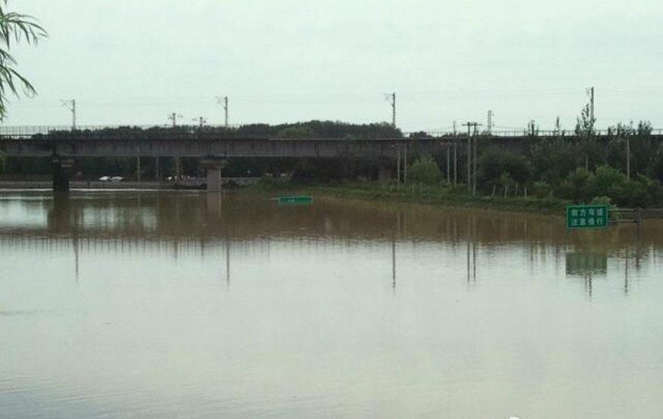 7月22日,京港澳高速(原京石高速公路)南岗洼路段,汽车被淹在积水中。由于京港澳高速出京方向积水量大,预计23日仍无法通行。截止22日凌晨2时,北京全市平均降雨量164毫米,城区平均降雨量212毫米,降雨最大点在房山区河北镇,降雨量519毫米。据北京房山民防孙主任介绍,根据现场车主统计房山区京石高速附近将近一公里有100多辆车在水下,一部分车主在周围,还有一部分车主在前面桥上。目前水深有所下降,浅的地方有2米多,深的地方可能3米,昨天晚上都是4米左右。图为黄官屯桥的附近。