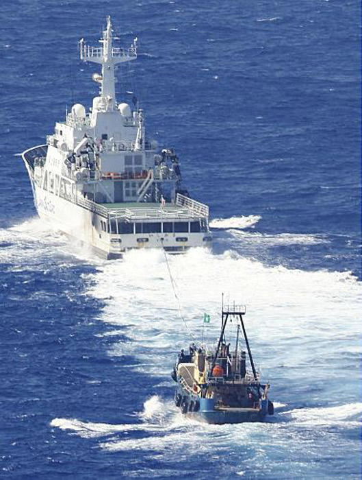 """遭日方扣押的""""启丰二号""""登岛五人16号上午被海上保安厅巡逻船送至那霸,他们陆续走下船,手上都带着手铐,看起来身体状况良好。第一个走出来的保钓人士高喊""""日本要滚出钓鱼岛""""的口号,第二个人也高喊""""钓鱼岛是中国的领土""""并与日本警方发生轻微冲突,上车时差点被警员按倒在地。"""