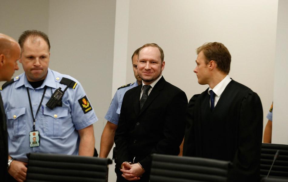挪威奥斯陆地方法院法官宣布,布雷维克精神正常,判处其21年有期徒刑。5名法官通过投票决定了这一结果,而21年监禁已经属于挪威最高的刑罚,因为挪威不设死刑也没有终身监禁。服刑期满之后如果法庭认定其继续对公共安全构成威胁,可以延长关押期限。2011年7月22日,32岁的挪威人布雷维克先在奥斯陆市中心政府办公楼区引爆汽车炸弹,然后在于特岛开枪射杀参加夏令营活动的挪威工党青年团成员,共造成77人死亡。布雷维克对杀人事实供认不讳,但拒绝认罪。布雷维克被带入法庭。