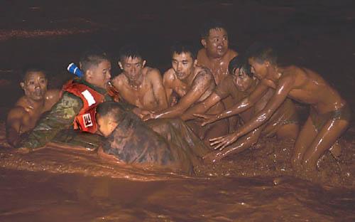 凉山暴雨发洪水群众争抬受伤武警