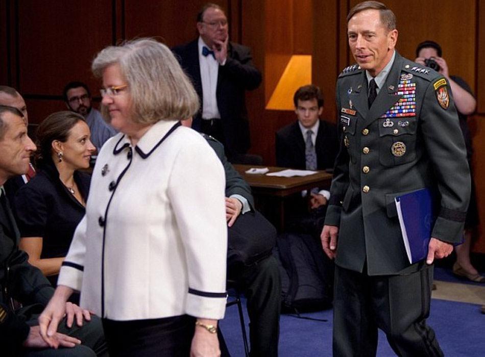 """美国中央情报局(CIA)前局长戴维•彼得雷乌斯与情妇布罗德韦尔的一张""""暧昧照""""近日被媒体曝光。照片中可以看到布罗德韦尔含情脉脉地看着彼得雷乌斯。这张照片摄于2011年6月23日,彼得雷乌斯当天出席参议院情报委员会对其担任中央情报局局长提名的听证会。令人感到尴尬的是,当天与会的还有彼得雷乌斯的妻子霍利。"""