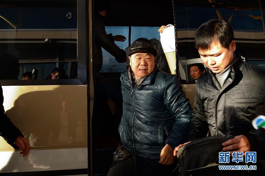 12月5日,莫言抵达北京首都国际机场。当日,2012年诺贝尔文学奖得主莫言携家人及朋友从北京首都国际机场出发,前去瑞典领取诺贝尔文学奖。 新华社记者金良快摄