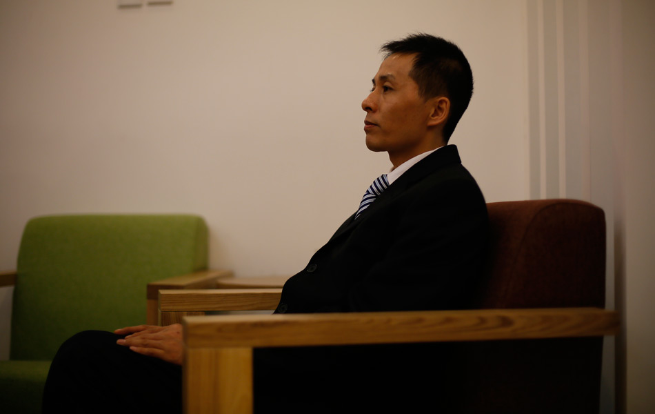 重庆不雅视频爆料人朱瑞峰日前表示,除受到处理的11名官员,他手里还掌握多名重庆市厅级以上官员的不雅视频。27日晚和28日,重庆警方两名民警来京要求朱瑞峰协助调查,朱瑞峰以保护其在公安局内部的线人为由拒绝交出不雅视频。图为1月30日,凤凰网资讯在北京德胜门外一家书店对话朱瑞峰。李白/摄