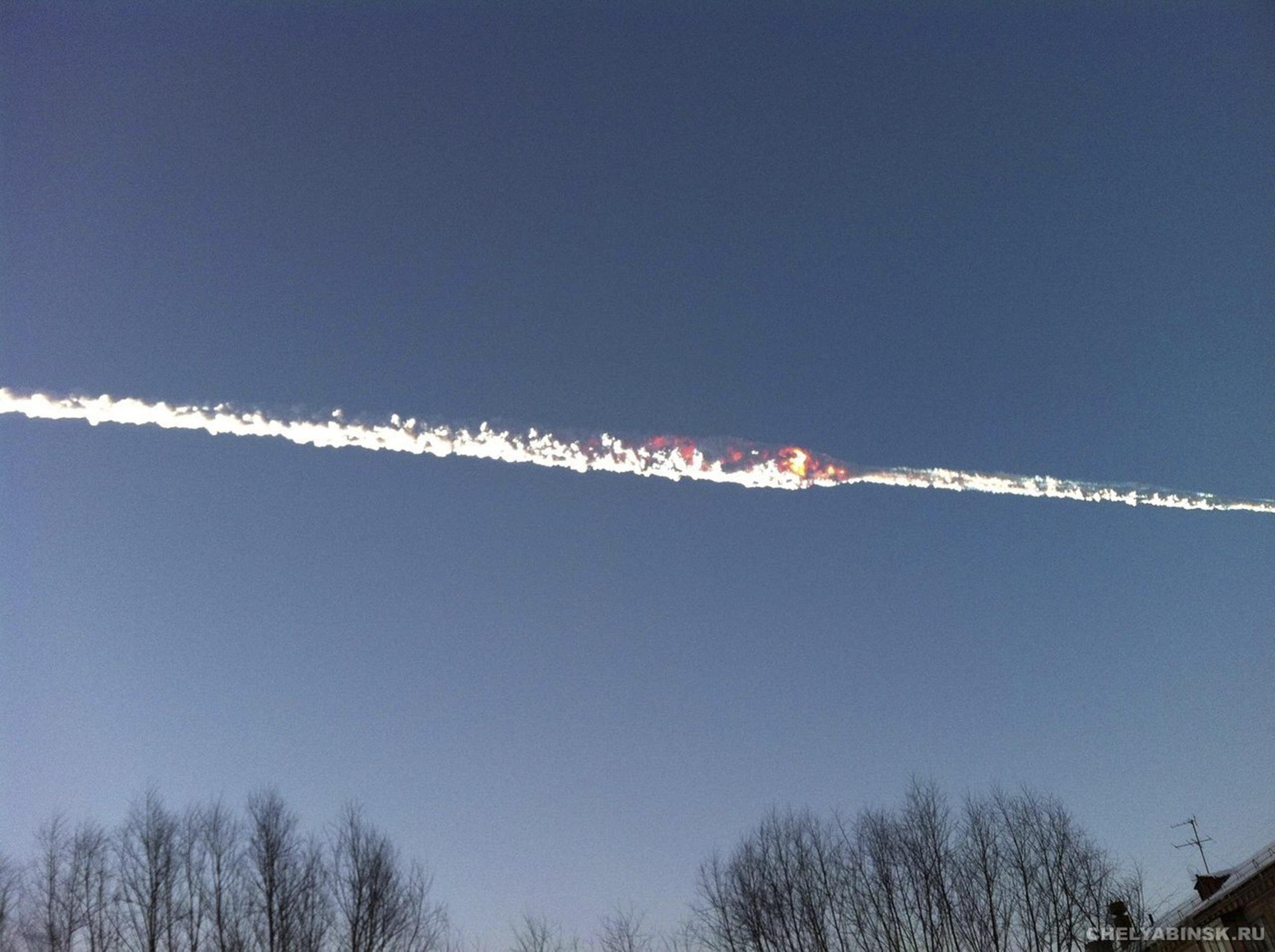 当地时间2月15日,俄罗斯车里亚宾斯克州降下陨石雨,造成700多人受伤。