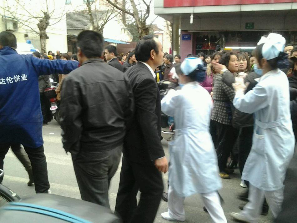 """中新网3月27日电 据认证为上海市公安局官方微博的""""警民直通车-上海""""消息,3月27日16时22分许,上海市公安局指挥中心接110报警称:当地金钱公路有人持刀砍过路群众,即指令奉贤分局民警迅速赶赴现场处置,将已被群众抓住的行凶男子带离现场,并立即将受伤群众送往医院救治。"""