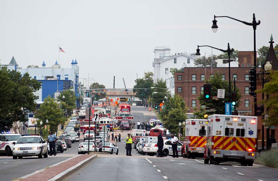 据英国媒体报道,当地时间9月16日上午8点20分左右,美国华盛顿海军工厂发生枪击案,至少5人受伤。警察目前仍在搜捕嫌疑人。