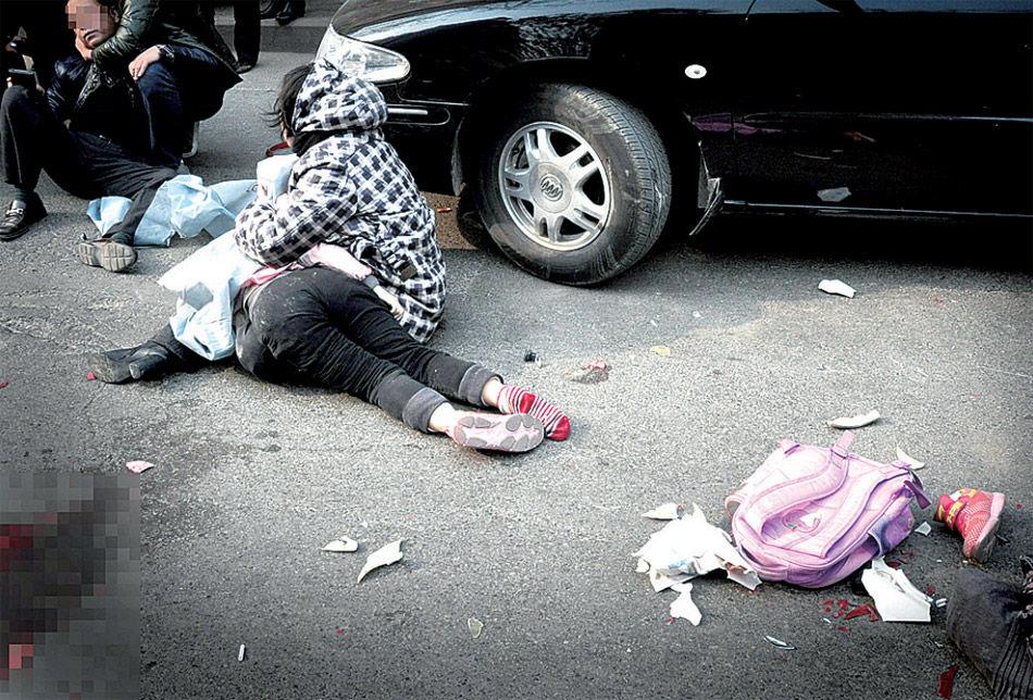 郑州女孩放学回家被碾身亡 母亲抱尸体1小时