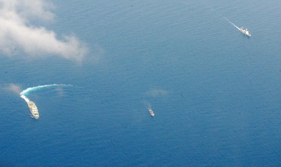 """29日,一艘菲律宾政府船摆脱中国海警船的封锁,向被菲律宾部队用作基地的一艘搁浅军舰运送了食品和换防人员。领导这次补给任务的菲律宾海军上尉费迪南德·加托回应说:""""这里是菲律宾共和国。我们来这里向军队提供必需品。""""补给船上运载了大约10吨食物,包括大米和罐头,还运载了淡水。(1999年,菲律宾海军派这艘旧军舰到仁爱礁搁浅坐滩,以宣示所谓主权。)"""