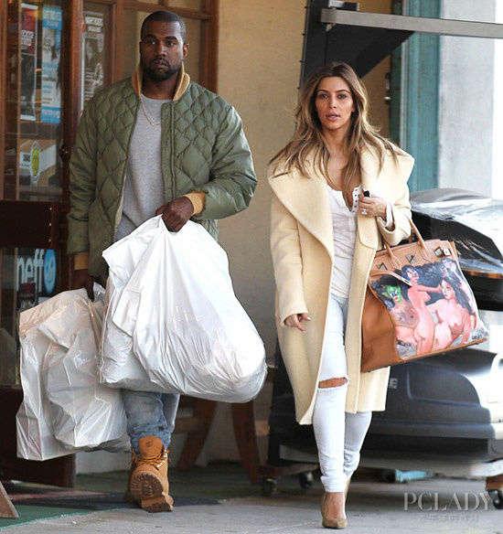 导语:虽然还没进礼堂办婚宴,但是卡戴珊与男友坎耶韦斯特(Kanye West)已然以模范夫妻的姿态出双入对许久了。对于卡戴珊这种结婚72天就敢离的人来说,她跟男友坎爷也称得上是老夫老妻。就在前几天,这对高调的爱侣出街扫货,金链子和几大袋子的战利品都不如卡戴珊手上的铂金包抢镜。这个包不再是简单地换个颜色大小号,而是由视觉艺术家George Condo在包身上亲手绘制了一幅裸女图。这个铂金包正是坎爷送给大底盘姐姐的圣诞礼物,难道他是在炫耀孩儿她妈的身材?