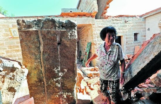 泉州晋江金井镇一40年石头房屋顶坍塌 幸无人受伤