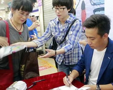 黄磊来榕受热捧 带来新书和话剧《暗恋桃花源》