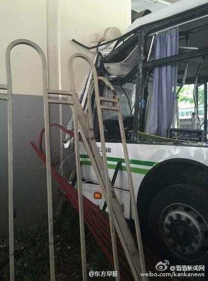公交车撞上高架立柱