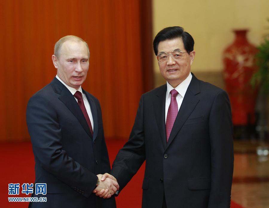 6月5日,国家主席胡锦涛在北京人民大会堂主持仪式欢迎来华进行国事访问并出席上海合作组织成员国元首理事会第十二次会议的俄罗斯总统普京。新华社记者 鞠鹏 摄