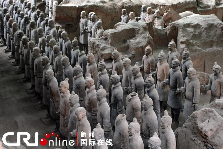 陕西西安秦始皇陵的考古进程一直广受关注。2009年6月,秦始皇帝陵博物院开始了第三次大规模的考古发掘工作,三年的艰苦发掘出土了大量陶俑、珍贵器物以及遗迹。同时,在对兵马俑的考古发掘中,考古人员发现了被严重毁坏的痕迹。而破碎的陶俑和陶马更说明这里曾经遭受过一场劫难。那么,兵马俑的毁坏是天灾还是人祸?据了解,考古现场发现大量人为放火焚烧的痕迹,项羽是破坏兵马俑的最大嫌疑人。图为6月8日秦始皇陵兵马俑一号坑。摄影:戴爽