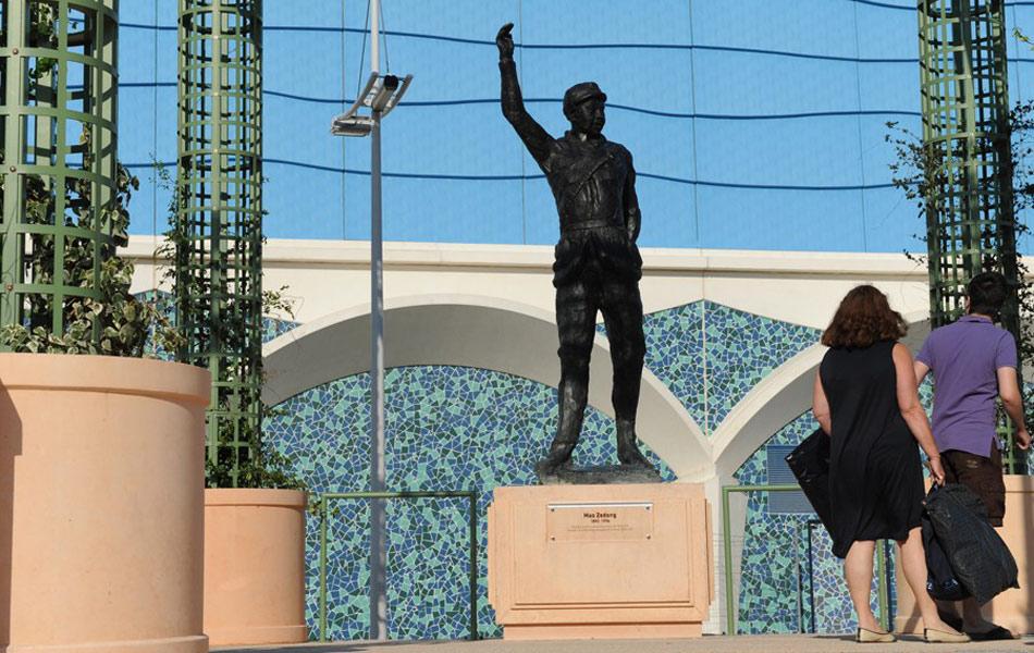 """7月24日,法国城市蒙彼利埃""""20世纪广场""""增加5尊20世纪历史人物塑像,包括毛泽东、印度""""圣雄""""甘地等。毛泽东雕像此次""""入住""""引法国右翼人士不满,在当天的揭幕仪式上,极右翼组织试图破坏塑像。"""