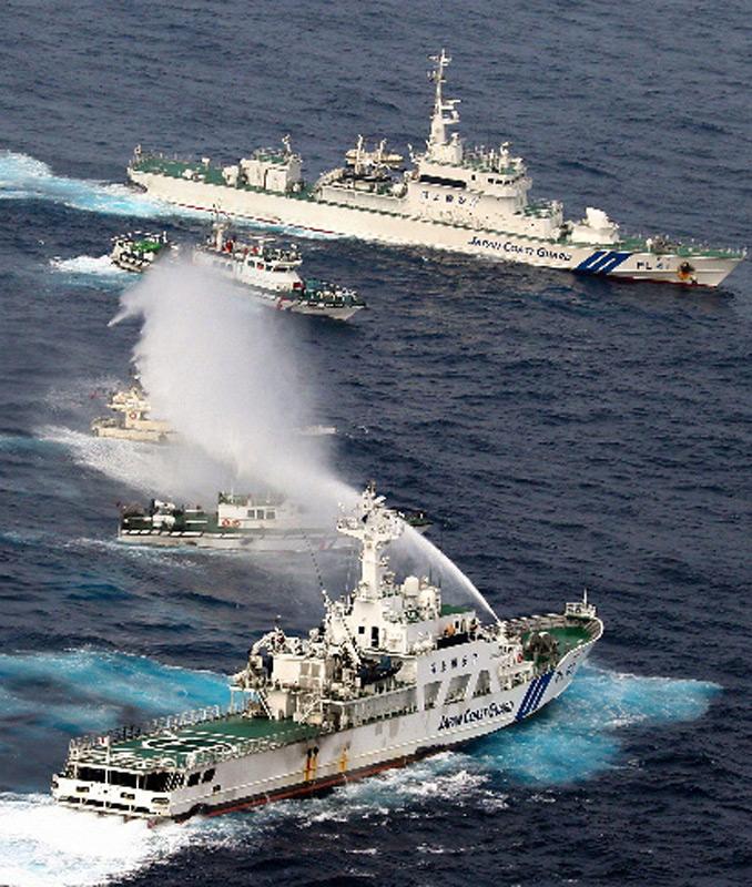 台保钓船遭8艘日舰围攻