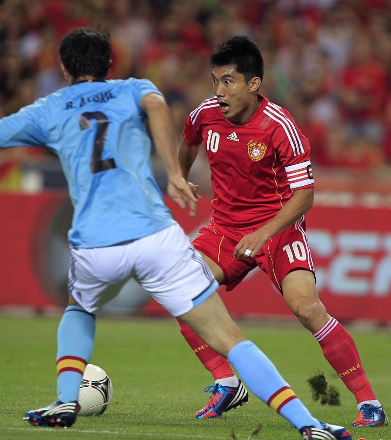 凤凰网体育讯 北京时间6月4日凌晨4点,欧洲杯热身赛,国足客战战西班牙,比赛进行到第84分钟,西班牙才有席尔瓦破门,最终国足0-1告负。值得一提的是比赛中郑智错失了一次绝佳的良机,过掉了门将卡西利亚斯,最后射门不进。图为郑智最后射门瞬间。