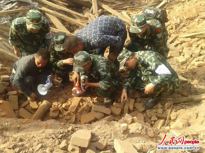 武警四川总队从将军到士兵一线积极抗灾抢险