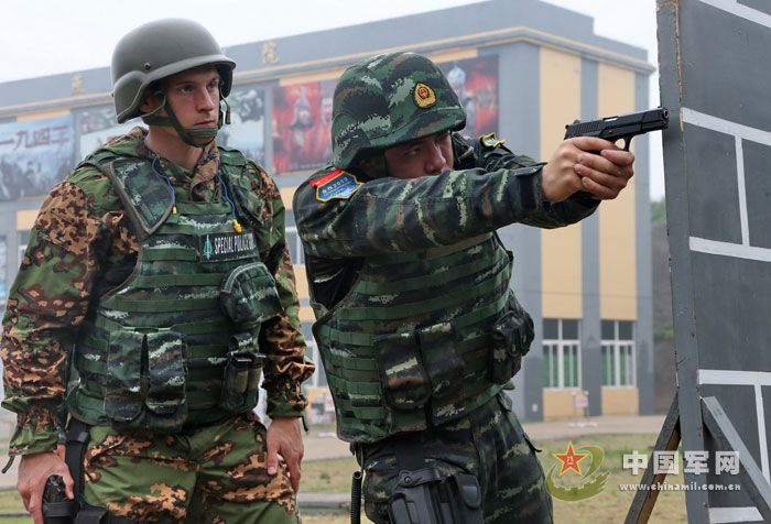 中国武警和俄内卫部队进行城市反恐联合演练图片