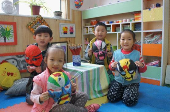 济南:幼儿园小朋友画脸谱喜迎十艺节