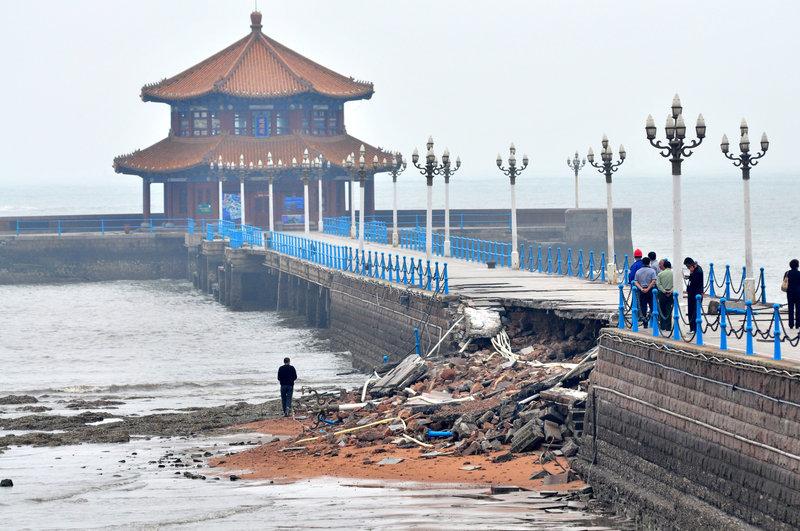 2013年05月27日早晨,青岛遭暴雨袭击,百年栈桥中部在巨浪的连续侵袭下发生坍塌。周昆/CFP