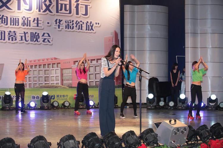 晚会上美女学姐为全校师生上演性感短裙舞蹈