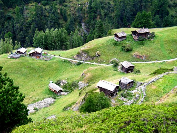 瑞士特有的山间小木屋)