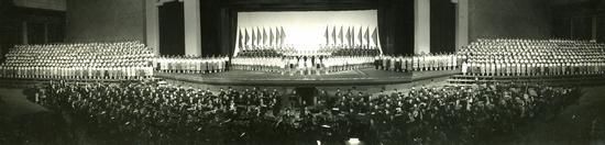 """1964年的""""上海之春""""上演的音乐舞蹈史诗《在毛泽东的旗帜下高歌猛进》。 祖忠人 图"""