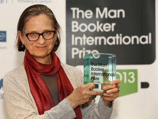 美国作家莉迪亚·戴维斯手捧国家布克奖奖杯。