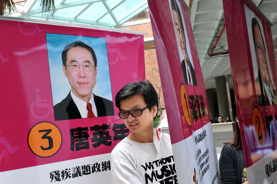 3月23日,香港理工大学,志愿者摆放此次香港特首选举候选人唐英年、梁振英和何俊仁的宣传广告。