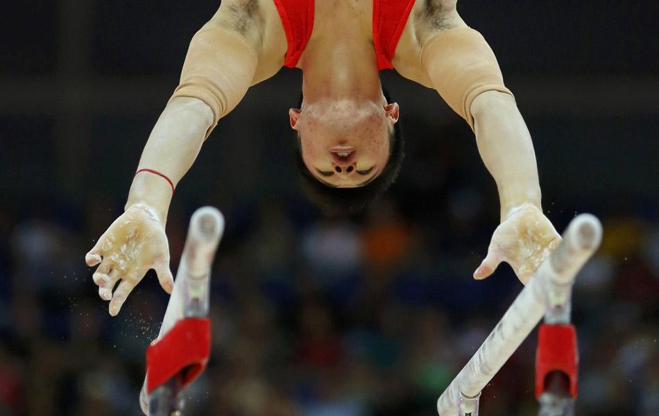 北京时间2012年7月28日,伦敦奥运会体操男子团体资格赛正式展开争夺,卫冕冠军中国体操男团出战。 图为张成龙在比赛中。