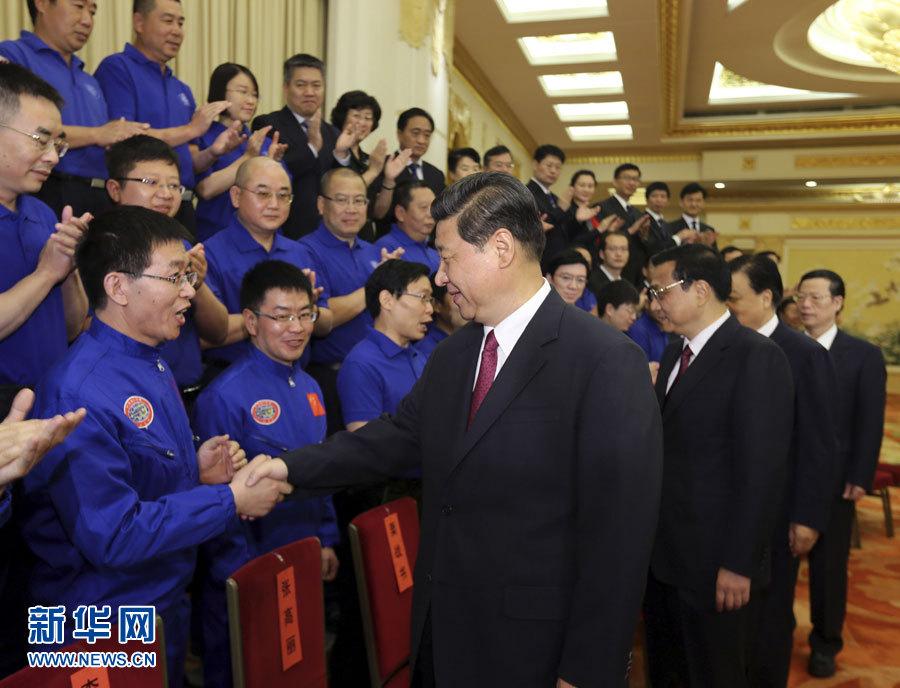 5月17日,党和国家领导人习近平、李克强、刘云山、张高丽等在北京人民大会堂会见载人深潜先进单位和先进工作者代表。 新华社记者兰红光摄